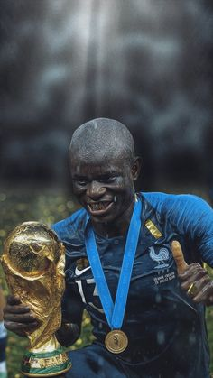 N'Golo Kanté of France with the World Cup In 2018 Soccer Memes, Football Memes, Soccer Fans, Football Players, Sport Football, Messi Vs Ronaldo, Cristiano Ronaldo Lionel Messi, Chelsea Football, Chelsea Fc