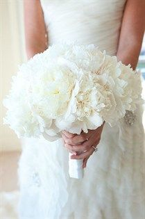 This all white peony bouquet is so pure classic.