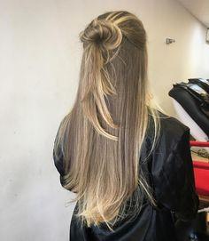 """685 curtidas, 11 comentários - Fabio Oliveira (@fabiooliver_oficial) no Instagram: """"Naturalidade em mais um free hand !!! ❤️ Técnica onde eu preservo em até 70% a mais que os…"""" Balayage Hair, Ombre Hair, Messy Hairstyles, Pretty Hairstyles, Hair Inspo, Hair Inspiration, Ash Blonde Hair, Very Long Hair, Cool Hair Color"""