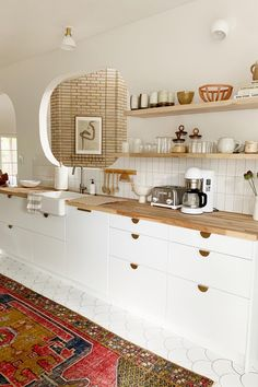 Butcher block kitchen countertops can be anything from contemporary to rustic—these spaces show how to do it right. Kitchen Knobs, White Kitchen Cabinets, Kitchen Reno, Kitchen Countertops, Kitchen Remodel, Brass Kitchen, Ikea Cabinets, Kitchen White, Kitchen Modern