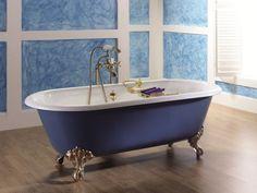 une baignoire ancienne en bleu et blanc en fonte émaillée sur pieds dorés