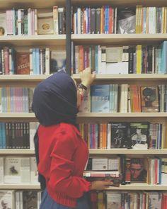#books #penguen #okul #okur #yazar #siir #kutuphane #zynp #tumblr #multitap #light #yellow #love #green #instagram #sari #kapşon #kiz #genc #okul Hijab Dress Party, Hijab Outfit, Modern Hijab Fashion, Muslim Fashion, Hijabi Girl, Girl Hijab, Muslim Girls, Muslim Women, Hijab Dpz