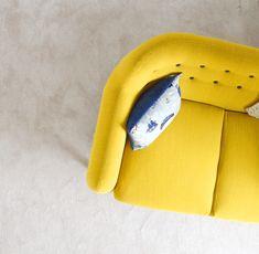Inredningsinspo - våga inreda med mer färg! Underbar gul soffa.