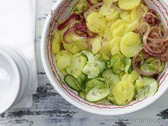 Kartoffelsalat – smarter - smarter - Kalorien: 130 Kcal | Zeit: 80 min.    Zutaten für 4 Portionen:   600 g große festkochende Kartoffeln  Salz  2 rote Zwiebeln (à ca. 50 g)  3 EL Apfelessig  150 ml klassische Gemüsebrühe (selbstgemacht oder gekauft)  1 Prise Zucker  1 ½ EL Rapsöl  1 Salatgurke (ca. 500 g)    Pfeffer  3 Stiele Dill    http://eatsmarter.de/rezepte/kartoffelsalat-smarter/