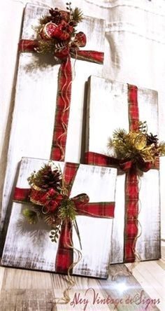 Rustic farmhouse wood Christmas presents - Weihnachten Dekoration Winter Christmas, Christmas Holidays, Christmas Wreaths, Christmas Ornaments, Christmas Ideas, Wooden Christmas Decorations, Christmas Music, Christmas Movies, Christmas Candles