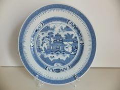 PRATO EM PORCELANA CHINESA PAGODE Prato em Porcelana Chinesa, azul e branca, representando Pagode.  Excelente estado de conservação.  Dimensões: 23 cm diâmetro