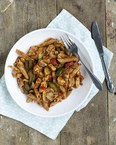 Deze snelle pasta met kip, courgette en pestosaus is gemakkelijk om te maken. Het gerecht bevat veel groenten, de groene pesto geeft een lekkere twist.