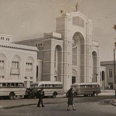 La antigua catedral de la ciudad, ubicada en el mismo lugar donde se encuentra la actual, de estilo neoclásico, era considerada de gran valor arquitectónico, cultural y social. Luego del Terremoto de C... Social, Grande, Ph, Taj Mahal, Building, Travel, Bicycle Kick, Past Tense, Antigua