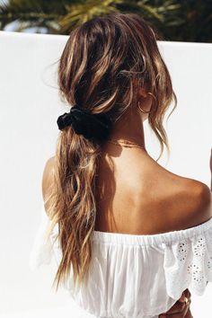 Hair Styles For School Honeymoon Phase Scrunchie Black - Langhaarfrisuren Face Shape Hairstyles, Teen Hairstyles, Straight Hairstyles, Braided Hairstyles, Black Hairstyles, Wedding Hairstyles, Hairstyles Videos, Pretty Hairstyles, Bridesmaid Hairstyles