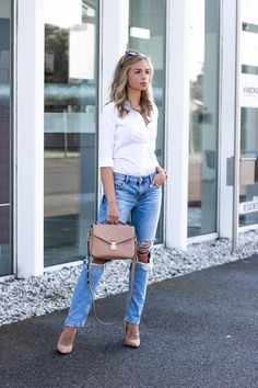 Outfit mit Mom Jeans, white Shirt, Louis Vuitton Pochette Metis Papyrus und nude heels. Learn how to create the perfect tomboy look. Do you love casual chic styles?