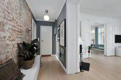 Wąski i długi przedpokój w kamienicy - Lovingit.pl Brick Interior, Home Interior, Mobile Home Redo, First Apartment Decorating, Entry Hallway, Nordic Home, Dream Apartment, Interior Design Inspiration, Home Living Room