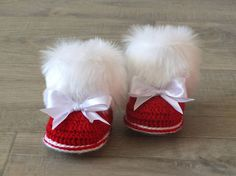 Red Baby girl booties with bows - Christmas booties - Crochet Baby boots - Fur Booties - Winter booties - Newborn shoes - Red and white - Baby booties Crochet Baby Boots, Crochet Bebe, Booties Crochet, Baby Girl Crochet, Baby Blanket Crochet, Crochet Gifts, Baby Girl Boots, Baby Booties, Boots Christmas Gifts