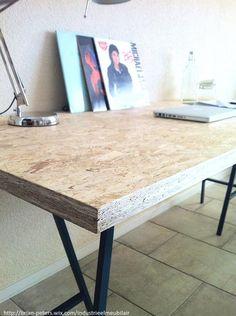 Bureau met industriële look die tevens te gebruiken is als eettafel. Het tafelblad is bevestigd op fraaie schragen en bestaat uit een OSB plaat.