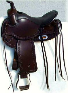 Sella  GARLAND  art.  GD313RVBW  in  cuoio testa  di  moro  con  seggio  in  vitello  nero  e lavorazione  filo  spinato  verticale. Campanelle  e  laccetti  in  cuoio.