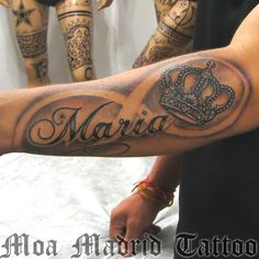 Tatuaje de nombre, infito y corona