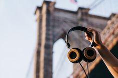 Diz o ditado que dinheiro não dá em árvore. Mas boas ideias sim! Como a que a dupla de pai e filho, John e Jonathan Grado, teve em comemoração ao patrimônio da Grado Labs, uma empresa de fones de ouvido artesanal no Brooklyn, em NYC, desde 1953. O GH1, novo produto da marca, é o primeiro fone de ouvido a ser feito com uma árvore local.