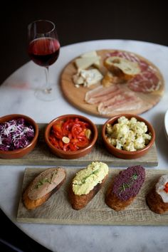 primi / nicole franzen Unfortunately there is no text included describing what dishes are shown in this photo, but I like the shot because it reminds me of the kind of tapas/crostini meal we'll be having next week. Tapas Recipes, Wine Recipes, Appetizer Recipes, Appetizers, Think Food, Food For Thought, Antipasto, Food Porn, Gula