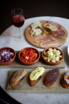 Tapas time ! Avec un verre de Bordeaux rouge léger... #vin #bordeaux #tapas