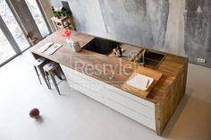 Deze open keuken hebben we al. Nu de vloer nog! Witte keuken met houten blad op betonvloer.