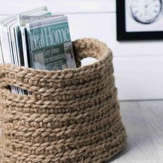 Virkattu lehtikori valmistuu paksulla koukulla yhdessä illassa. Katso Unelmien Talo&Kodin ohje ja virkkaa narusta napakka kori lehdille, langoille tai polttopuille.