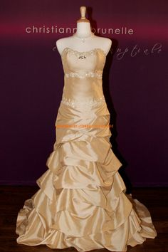 Elegantes Extravagantes Brautkleid 2013 aus Taft mit Perlenstickerei