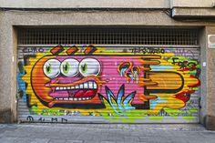 Art al carrer: Art quan tanquen portes i baixen persianes (Vila de Gràcia). L'omnipresent gelat mossegat de Konair també apareix en diferents llocs dels carrers de Gràcia. Hem escollit aquest per deixar constància.