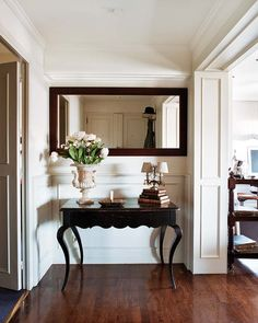La consola inglesa pintada en negro, de Dalla Polvere, y un espejo recuerdo de familia componen la escena. Como plus, un jarrón de alabastro adquirido en Francia.