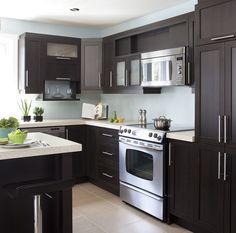 Armoires de cuisine de style contemporain. L'îlot et la totalité de la cuisine ont été réalisé en merisier. Le tout est harmonisé avec un comptoir de stratifié de deux pouces d'épaisseur. Kitchen Set Up, Small Space Kitchen, Kitchen Design, Loft Design, House Design, Home Kitchens, Sweet Home, Kitchen Cabinets, Polyester
