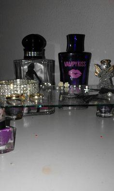 een tafeltje maken voor je sieraden van 4 oude nagellak potjes en een glazen plaat uit een foto lijst ❤❤