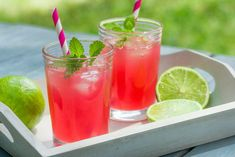 Nothing screams more summer than the taste of cool, refreshing drinks with seasonal fruits and berries. Let us tempt you with a couple of recipes of delicious pink drinks you can make together with your friends. Cranberry Lemonade, Cranberry Juice, Pink Lemonade, Ginger Detox Water, Lemon Ginger Water, Drinks With Grenadine, Vodka Drinks, Pink Drinks, Juice Recipes