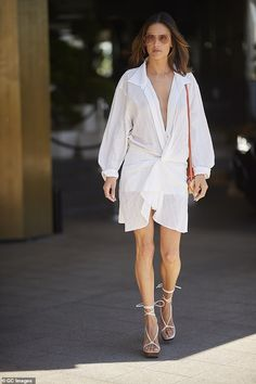 Alessandra Ambrosio goes braless in a white wrap dress during Cannes Film Festival Alessandra Ambrosio, Izabel Goulart, Toni Garrn, Anja Rubik, Star Fashion, Look Fashion, Fashion Outfits, White Wrap Dress, Jacquemus
