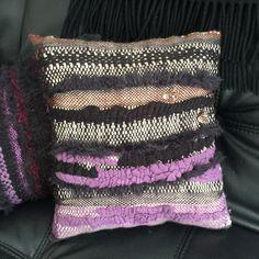 Fait main, tissé à l'aiguille en Aveyron. Un geste pour la planète avec ses inclusions de tissus surcyclés et ses bijoux fantaisie seconde vie ! 🥰🎄♻️🌏🧶 Creations, Throw Pillows, Studio, Fantasy, Fabrics, Handmade, Jewerly, Toss Pillows, Cushions