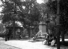 Jardin Primavera de Tacubaya , estatua de Miguel Hidalgo en los 30s en Ciudad de Mexico