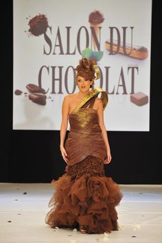 The world famous Salon du Chocolat took place in Paris last weekend, the latest stop in the festival's year long jaunt around the globe. Easter Chocolate, Chocolate Art, Chocolate Cakes, Chocolate Lovers, Chocolate Fashion, Haute Couture Fashion, Couture Style, Fashion Show, Fashion Outfits
