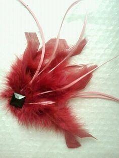 Bonito tocado - broche, de plumas naturales en color vino y rosa palo. con aplique negro de swarosky.    ideal para bodas, ceremonias, eventos, cit...