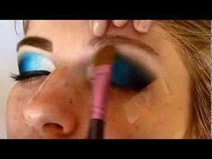 Neste tutorial, a maquiadora Rafaella Diacópulos (Unaí/MG) mostra como maquia suas clientes, a maquiagem feita é um degradê de azul. Aproveitem!