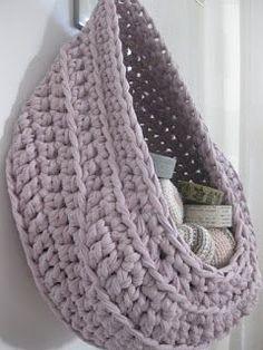 Kijk wat ik gevonden heb op Freubelweb.nl: hangmand, opberger, waszak gehaakt van textielgaren #gratis #patroon #NL http://www.freubelweb.nl/freubel-zelf/zelf-maken-met-textielgaren-19/