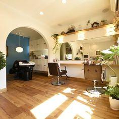 美容室。店舗兼住宅です。 床はPタイルでRの壁。アクセントクロス。北欧風の内装になってます。何回見てもいい感じです。 #注文住宅#新築#住宅#北欧#美容室