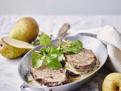 Tosti van notenbrood met brie en doyennépeer - Libelle Lekker Je kunt deze tosti's ook in de pan bakken. Reken dan op 3 tot 4 minuten per kant. Brie, Salmon Burgers, Steak, Brunch, Ethnic Recipes, Comfortfood, Salads, Steaks, Salad