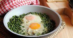 Uova e piselli sono uno di quei piatti classici e sbrigativi. Un secondo piatto con contorno compreso! Colorato, allegro, molto buono, perfetto per la dieta