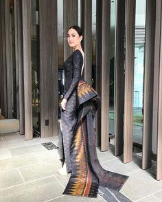 """ถูกใจ 187.4k คน, ความคิดเห็น 756 รายการ - Natapohn T. (@taewaew_natapohn) บน Instagram: """"Traditional Thai Silk X @poem_official for #TokyoDramaAward2017 #Nakee ♀️♀️♀️"""""""