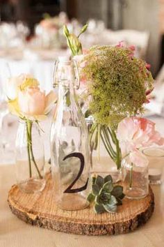 30 + wood slab centrepiece ideas and inspiration. Buy your tree slices in different sizes from www.theweddingofmydreams.co.uk