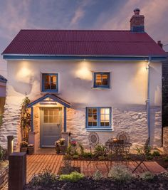 Little Portion is a luxury self-catering coastal cottage with hot tub in Cubert. Holywell Bay, Porth Joke beach and Crantock Beach is just a short stroll away Cottage Living, Coastal Cottage, Cottage Homes, English Cottage Exterior, English Country Cottages, Cornwall House, Cornwall Cottages, Cottages Scotland, Weekend Cottages