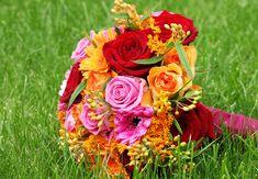 Ihr mögt #knallige Farben in eurem #Brautstrauss? Dann wird euch dieses Exemplar gefallen <3 Dieser #Brautstrauß überzeugt in #rot #orange und #pink - #weddingdecor #bride #bouquet #wedding #ideas #bridebouquet