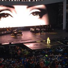 """Adele Brasil na Twitteri: """"HAHAHAHA, a gente brincou mas ela está de capa de chuva! Adele acabou chegar ao palco da arena di verona. #AdeleLive https://t.co/v5Itn4ike4"""""""