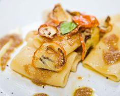 Scatti Golosi: Paccheri alla melanzana rossa, crema di pane di Matera e colatura di alici