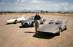 Harley Earl, der Chefdesigner von General Motors, mit den drei...