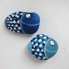 Peces azules pintados sobre piedras