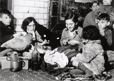 [Group of women and children living on the platforms of subway stations in the aftermath of Nationalist air raids, Madrid] November - December 1936, Robert Capa. Una foto espectacular.