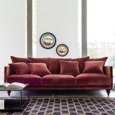 Wunderbar für den Herbst: Sofa aus Velour in Rostrot für dein Wohnzimmer.